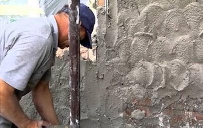 Наброс стартовой штукатурки на стену